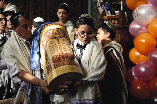 Arvin fête sa bar-mitsva dans la plus grande synagogue de Téhéran, à Yussef Abad.
