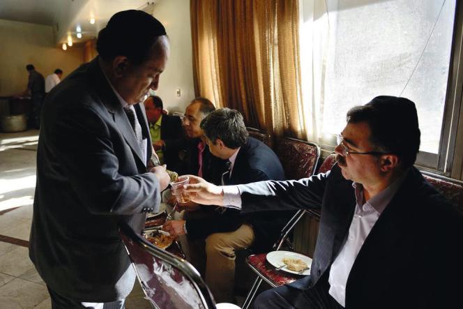 Au sein de la République islamique, l'alcool n'est autorisé que dans le cadre du culte. Pour célébrer son fils Arvin, son père distribue du vin aux convives.