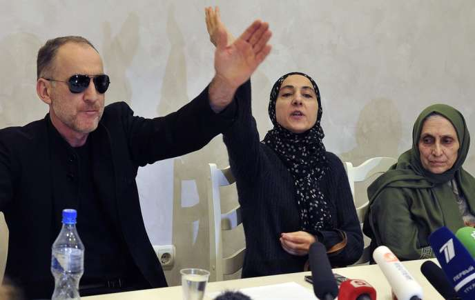 Anzor et Zubeïdat Tsarnaev, (ici accompagnés de la tante Patimat Suleïmanova), ont tenu une conférence de presse, à Makhatchkala, au Daghestan, le 25 avril.
