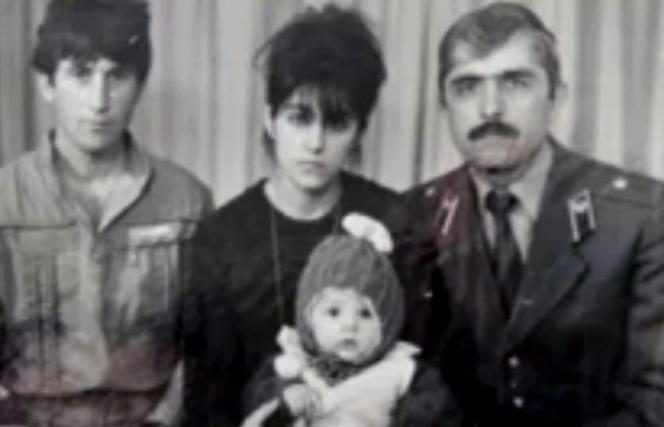 Anzor et Zubeïdat Tsarnaev, les parents de Tamerlan (dans les bras de sa mère), et l'oncle, Muhammad Tsarnaev.
