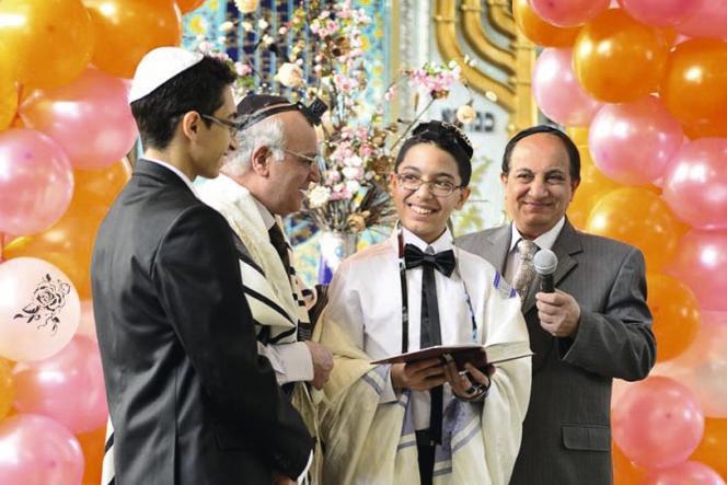 Des 80 000 juifs présents en Iran à l'époque du Shah, il en reste à peine 10 000 aujourd'hui.  Cette minorité religieuse a son député au Parlement, ses écoles... mais doit vivre dans la discrétion.