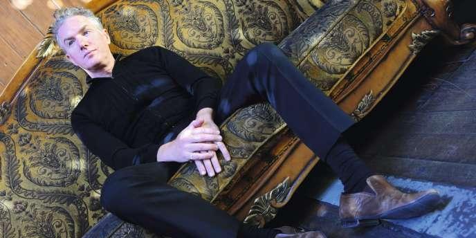 Multi-instrumentiste et producteur pour Nick Cave ou PJ Harvey, l'Australien poursuit également une carrière solo méconnue.