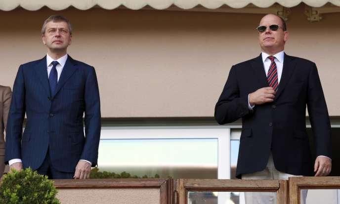 Dmitri Rybolovlev (à gauche), avec le prince Albert de Monaco, le 4 mai dans les tribunes du stade Louis-II à Monaco.