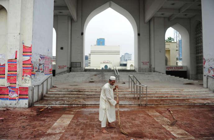 Après des affrontements entre des groupes islamistes et les forces de l'ordre, devant la mosquée Baitul Mukarram à Dacca, capitale du Bangladesh, le 6 mai. Une trentaine de personnes sont mortes durant les batailles de rues.