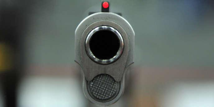 Outre la présence des 105 grammes d'acier, toute arme fabriquée, vendue ou possédée aux Etats-Unis, doit avoir la forme reconnaissable d'une arme, de façon à être détectée par les appareils à rayons X.