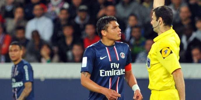 Thiago Silva face à l'arbitre Alexandre Castro, le 5 mai à Paris.