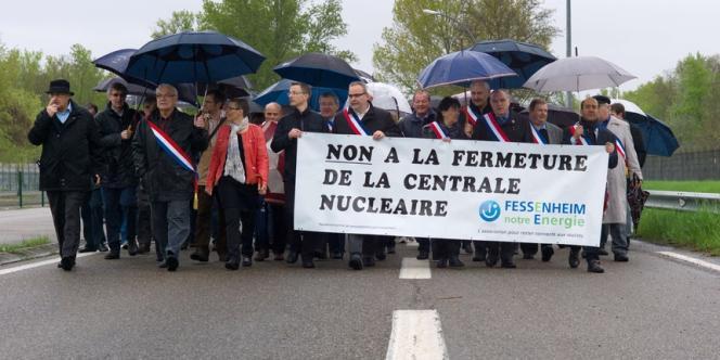 Des élus locaux manifestent contre la fermeture de Fessenheim, le 4 mai.