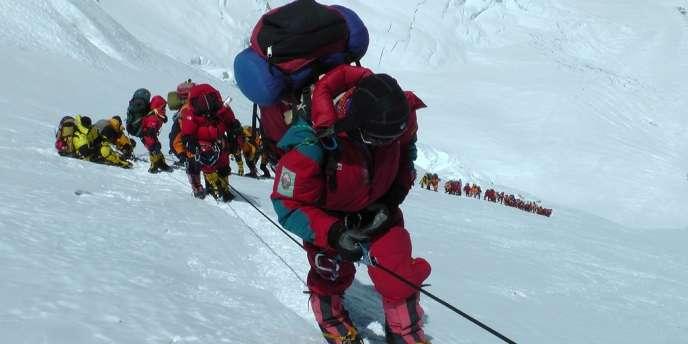 En mai 2012, 546 sherpas et alpinistes avaient réussi l'ascension de l'Everest.