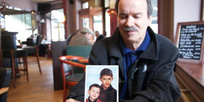 Abdelwahad montre une photo de ses deux fils, Ismaïl et Zacharia.