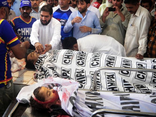 Les corps d'un candidat aux élections pakistanaises, Saddiq Zaman Khattack, et de son fils âgé de six ans, le 3 mai à l'hôpital de Karachi.