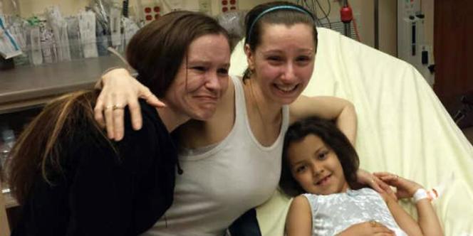 Amanda Berry (centre) aux côtés de sa sœur et de sa fille, à l'hôpital MetroHealth de Cleveland.
