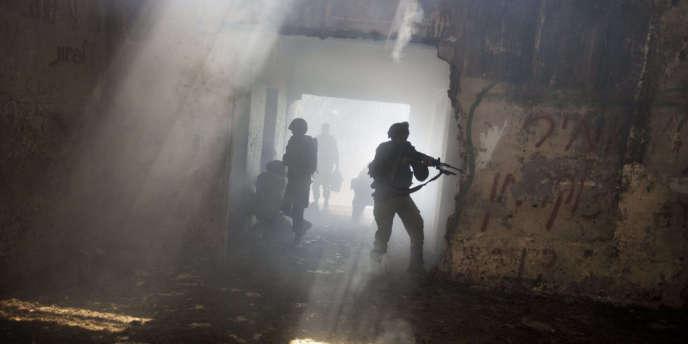 Au cours d'un exercice des militaires israéliens sur le plateau du Golan, près de la frontière syrienne, le 6 mai. La région est au cœur de vives tensions depuis l'intervention de l'armée israélienne en Syrie, quelques jours auparavant.