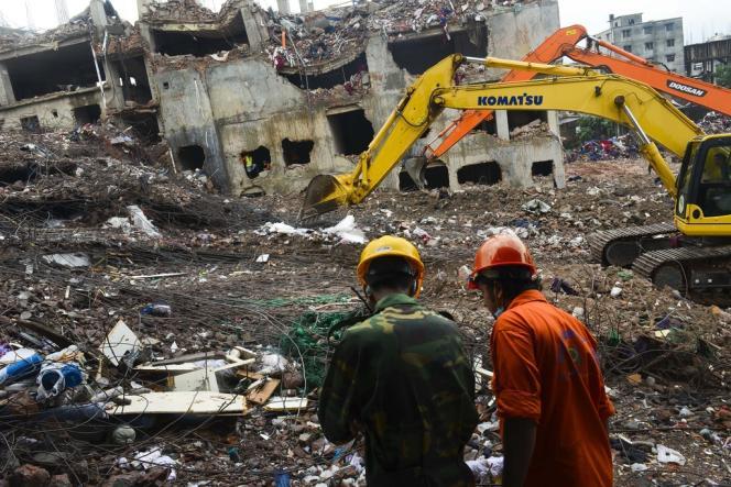 Les secouristes de l'armée à l'œuvre à Savar pour retrouver des corps dans les décombres du Rana Plaza, qui s'est effondré le 24 avril, alors que 3 000 ouvriers se trouvaient dans le bâtiment.