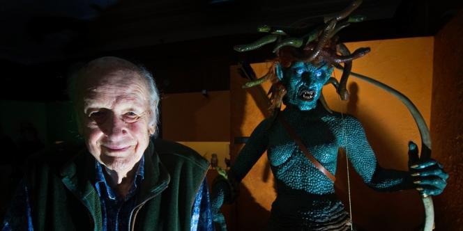 Le producteur et spécialiste des effets spéciaux Ray Harryhausen avec l'une de ses