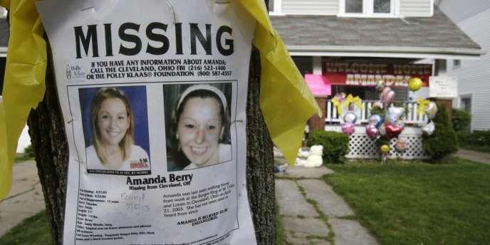 La police a confirmé que les trois jeunes femmes et la petite fille libérées lundi étaient retenues par des cordes dans le domicile de leur ravisseur.