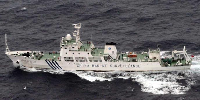 Photo prise par les gardes côtes japonais d'un bâtiment de la marine chinoise au large des îles Senkaku, le 23 avril.