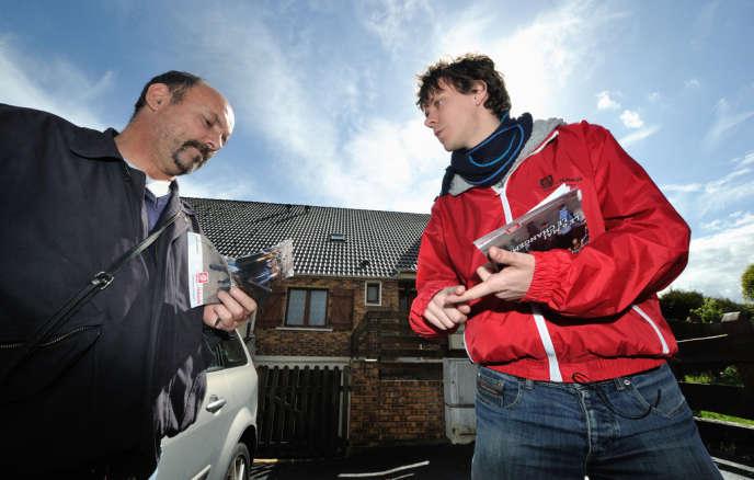 Thierry Marchal-Beck, le président du Mouvement des jeunes socialistes (MJS), discute avec un résident de Chaulnes (Somme), le 26 avril 2012.