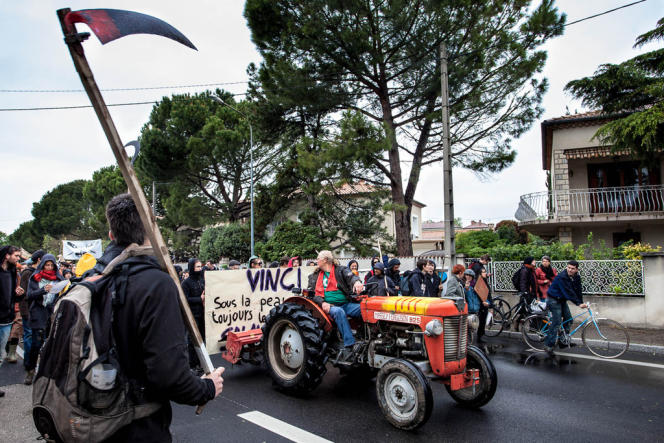 Menés par un tracteur rouge, les opposants à la liaison Est-Ouest partent défricher et replanter un champ.