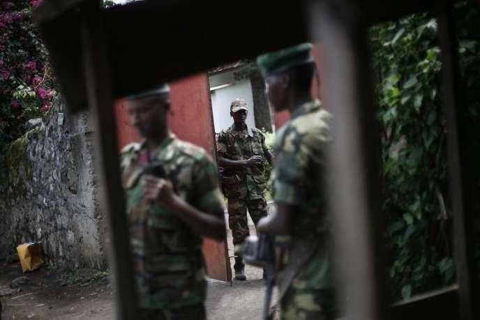 Des rebelles du M23 se retirent de Goma, à l'est de la RDC, le 1er décembre 2012.
