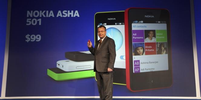 Le président de Nokia, Stephen Elop, présente le Nokia Asha 501 à Delhi, le 9 mai.