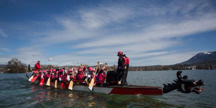 Entraînement sur le lac d'Annecy pour préparer la Vogalonga, course prévue à Venise le 19 mai.