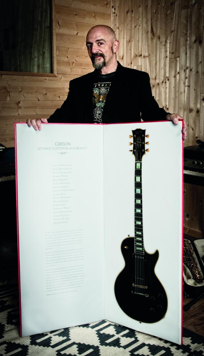 Maxime Ruiz et son livre de photographies de guitares, de 12 kilos et 1,10 mètre de haut.