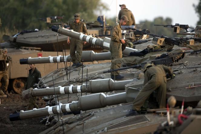 Des soldats israéliens juchés sur leurs chars stationnés sur les hauteurs du plateau du Golan, près de la frontière avec la Syrie, le 6 mai.
