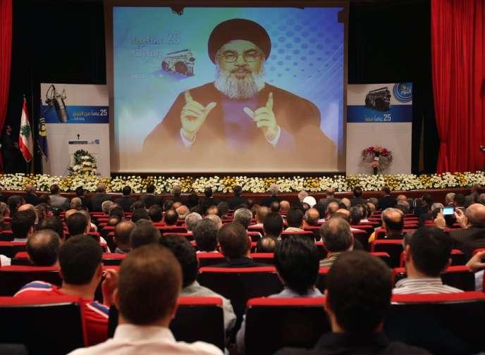 Le chef de file du Hezbollah, Hassan Nasrallah, s'adresse à des sympathisants et des membres du Parti de Dieu, par le biais d'une vidéo diffusée dans la banlieue sur de Beyrouth, jeudi 9 mai.