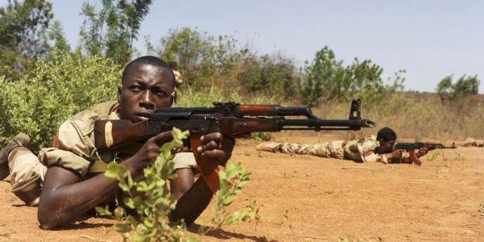 Des soldats maliens au cours d'une séance d'entrainement, le 7 mai 2013 à Koulikoro.