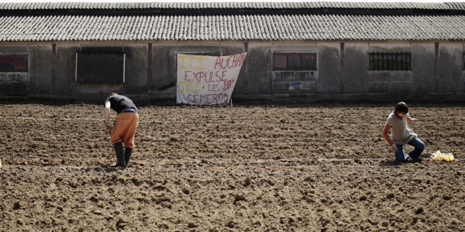 Des militants occupent la ferme des Bouillons, à Mont-Saint-Aignan près de Rouen, pour empêcher la société Immochan de mener à bien un projet d'immobilier commercial.