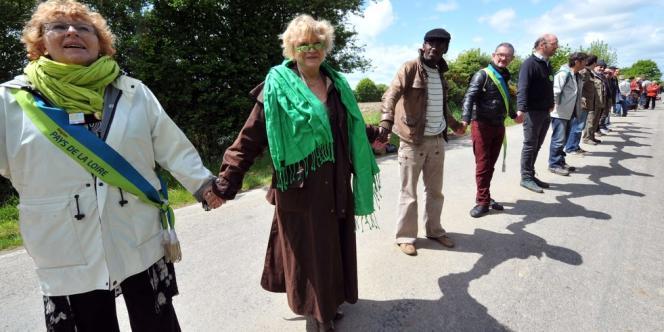 Eva Joly dans la chaîne humaine contre l'aéroport Notre-Dame-des-Landes, le 11 mai.