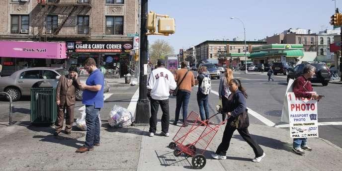 Steinway Street, dans le Queens, doit à ses bars à chicha et à ses boutiques orientales le surnom de Petite Egypte. Photos : Gus Powell pour M Le magazine du Monde