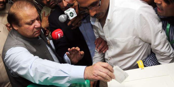 L'ancien premier ministre Nawaz Sharif vote à Lahore le 11 mai.