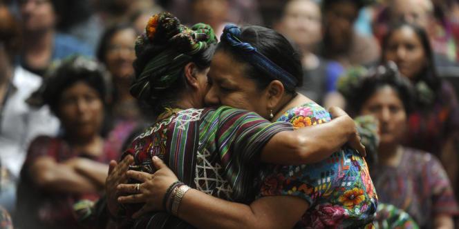 L'activiste et prix Nobel de la paix, Rigoberta Menchu, se félicite du verdict dans les bras d'une victime de la guerre civile guatemaltèque.