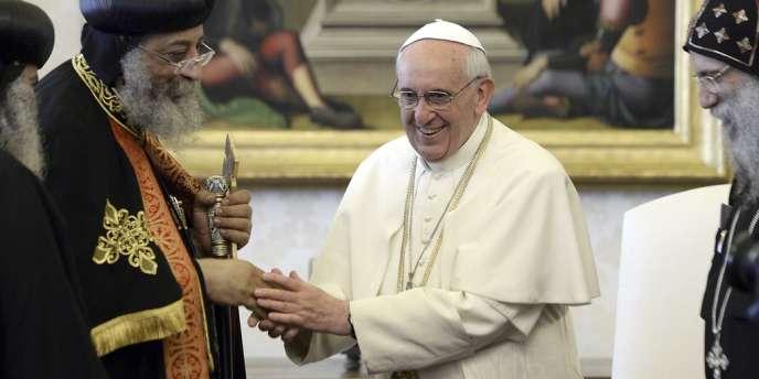 Le pape François et Tawadros II, le patriarche des coptes (à gauche), dans la bibiothèque du souverain pontife, vendredi 10 mai, au Vatican.