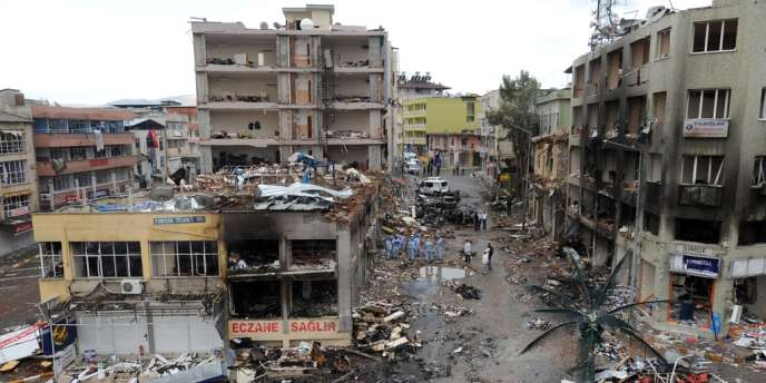 Des policiers sur les lieux de l'attentat qui a fait 51 morts dans la ville de Reyhanli en Turquie, le 11 mai.