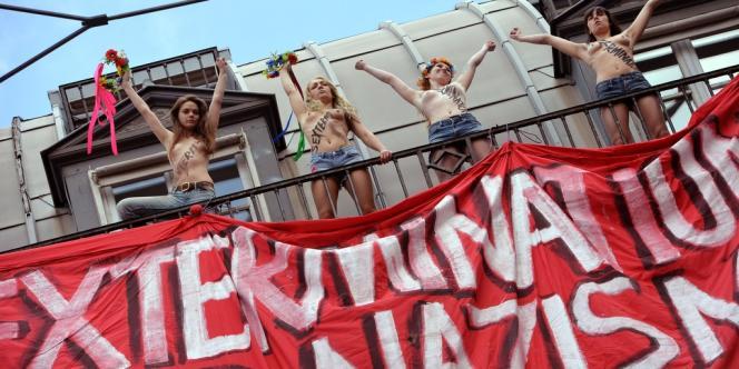 quatre membres des Femen ont déployé une banderole