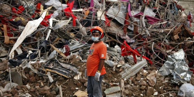 Le bilan de l'effondrement de l'effondrement d'un immeuble de neuf étages abritant des ateliers de confection à Savar atteint 1 126 morts.