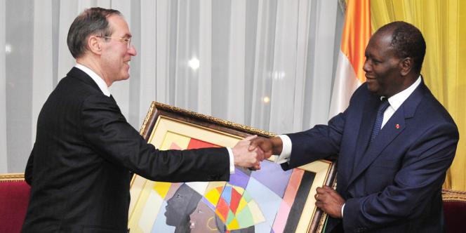 Remise, par le président ivoirien Alassane Ouattara, d'un tableau du peintre ivoirien James Houra le 6 novembre 2011.