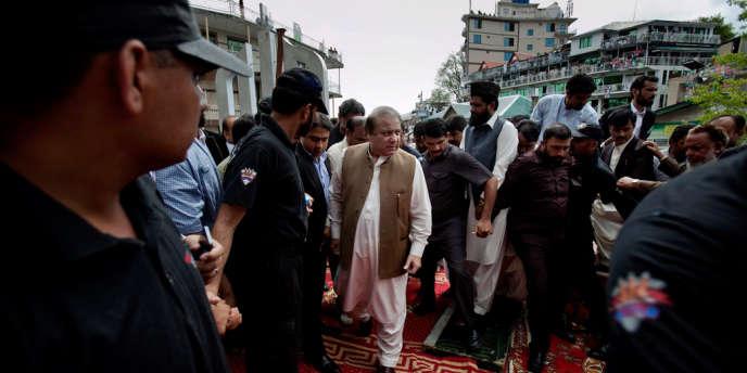 L'ancien premier ministre pakistanais, possible vainqueur des élections du 11 mai, Nawaz Sharif, en campagne près d'Islamabad, le 28 avril.