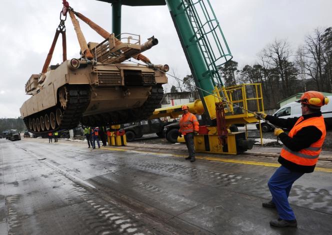 Préparatifs pour le départ d'Allemagne de 22 chars Abrams dans la gare de Kaiserslautern, le 18 mars 2013.