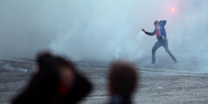 Un homme portant le maillot du PSG, lors des émeutes place du Trocadéro, le 13 mai à Paris.