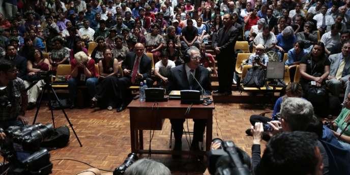 Le général Efrain Rios Montt (au centre) a qualifié, le 10 mai, son procès de