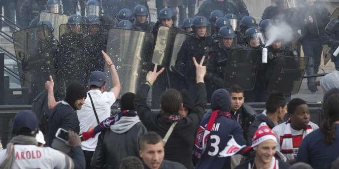 Des supporteurs du PSG face au aux forces de sécurité, lundi 13 mai au Trocadéro.