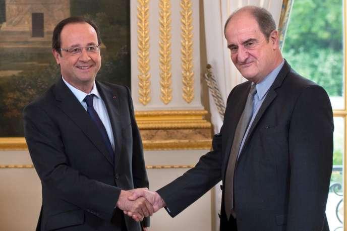 François Hollande et Pierre Lescure lors de la remise du rapport à l'Elysée à Paris, le 13 mai 2013.