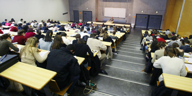 Des étudiants dans un amphithéâtre de l'université Lyon-III.