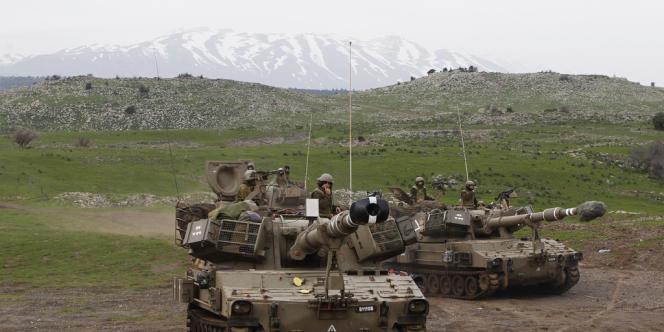 Des soldats israéliens sur le plateau du Golan, avec le mont Hermon en arrière-plan.
