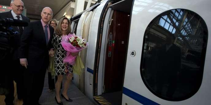 Le gouverneur de Californie, Jerry Brown, au centre, et son épouse se préparent à monter dans un train à grande vitesse à Pékin, le 11 avril.