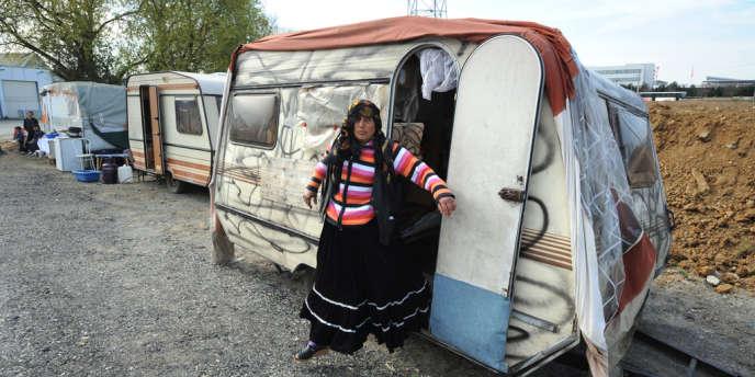 Des familles de Roms, dont les caravanes ont été évacuées sur la décision de la direction d'un centre Leclerc, se sont réinstallées tout près du champ qu'ils occupaient, à Nantes en mars 2011.