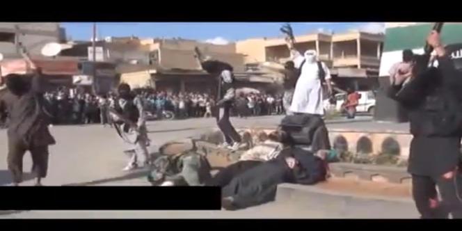 Capture d'écran montrant des membres du front Al-Nosra exécutant trois officiers de l'armée syrienne à Raqa, le 15 mai 2013.